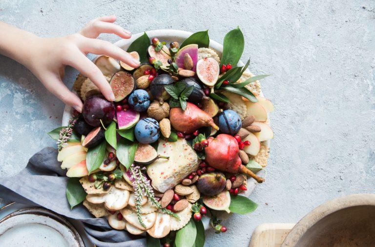 5 Sfaturi esențiale pentru a-ți îmbunătăți digestia, mâncând!